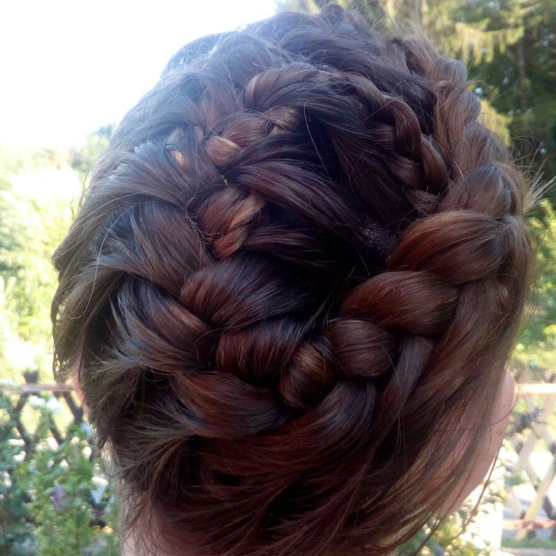 Podignuta kosa sa pletenicama